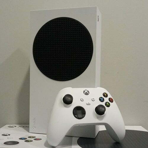 Xbox_Series_S_with_controller-2