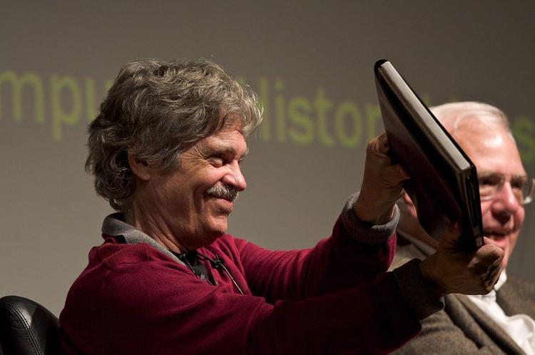 Alan Kay con el prototipo de Dynabook
