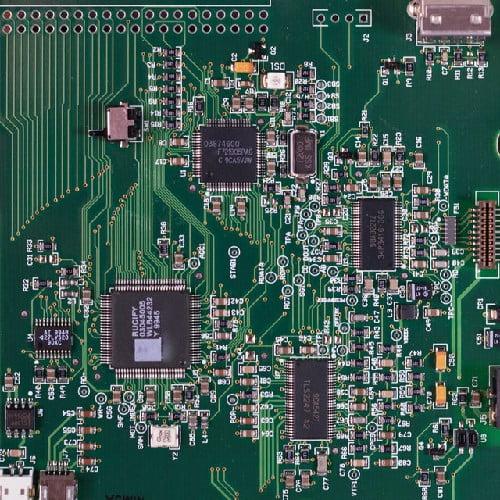Circuitos integrados en una placa electrónica.